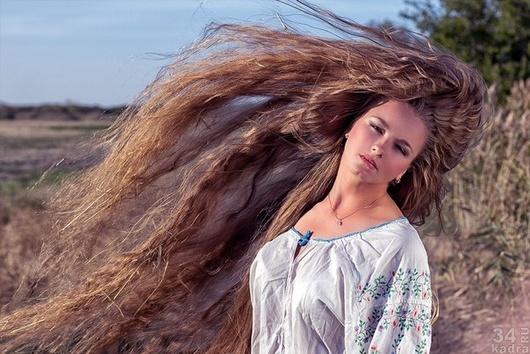 девушки с длинными волосами в метро