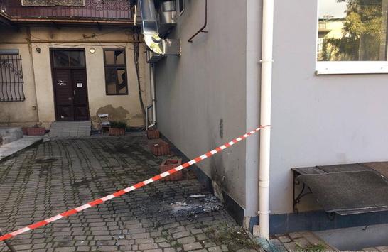 Поліція: невідомий кинув вибухівку ужитловий будинок уцентрі Івано-Франківська
