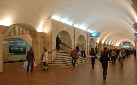 Устоличному метро змінювали рух: пасажир впав під потяг