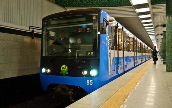Через падіння людини наколії призупинили роботу «червоної гілки» метро