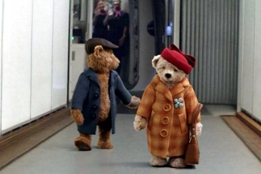 Лондонский аэропорт врождественской рекламе оживил плюшевых медведей