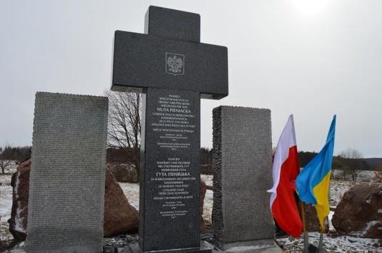 Пам'ятник полякам у Гуті Пеняцькій