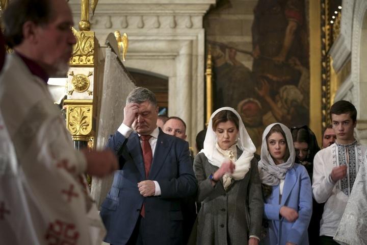 Прихожанка розповіла, як у храмі на Паску дезінфікували ікони для Порошенка
