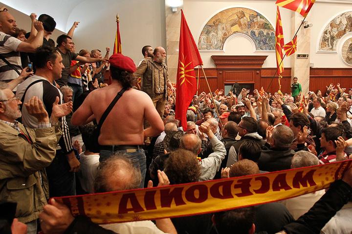 Спецназ Македонії розблокував зайнятий демонстрантами парламент: поранено 10 поліцейських
