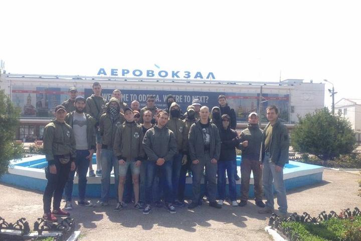 <p>Націоналісти С14 в аеропорту Одеси чекають на нардепа Новинського</p> <p>Фото: С14/Facebook</p>