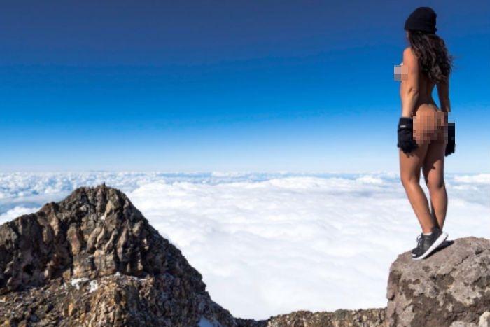 Модель Playboy разозлила маори голым задом насвященной горе 1