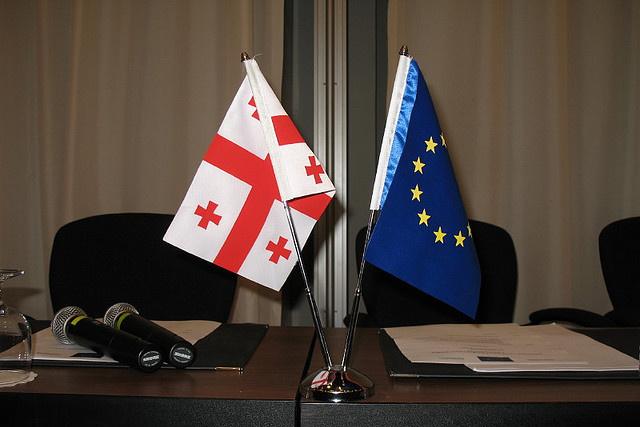 Прапори Грузії та ЄС