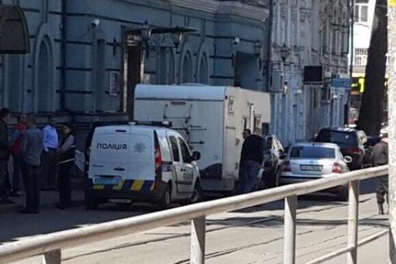 Біля будівлі Мінфіну виявлено підозрілий фургон зфальшивими номерами