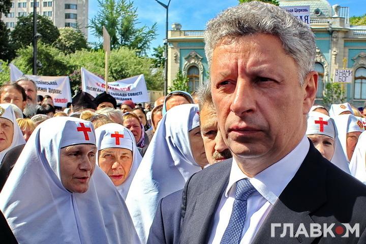 Очільник Опозиційного блоку Юрій Бойко під час молебня біля Верховної Ради, 18.05.2017 року