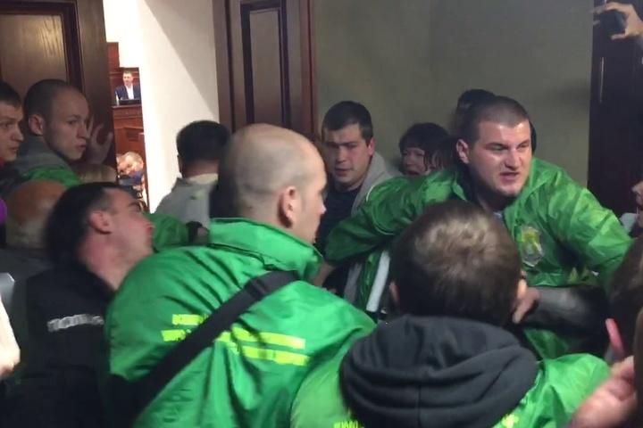 УКиївраді сталася масова бійка між активістами таохороною