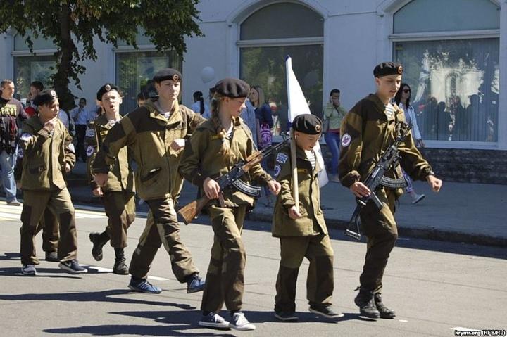 ЗМІ: переодягнених у військову формуРФ дітей вивели напарад уСевастополі