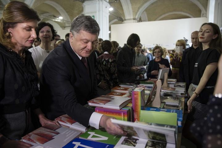 Порошенко присудив премію «Українська книжка року» творам Дочинця, Корнійчука таСтус