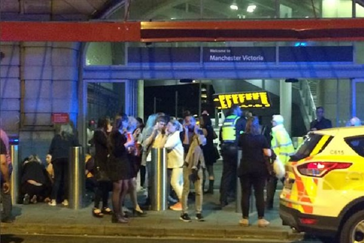 Настадіоні Манчестера проводиться евакуація після повідомлення про два вибухи