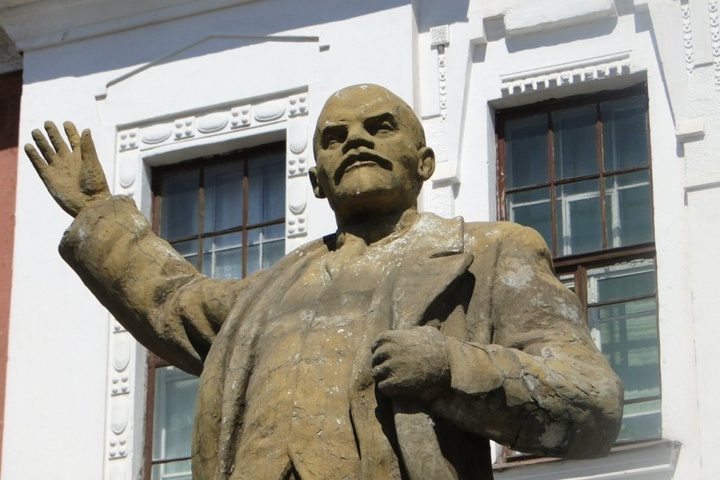 Російські школярі розтрощили битами пам'ятник Леніну