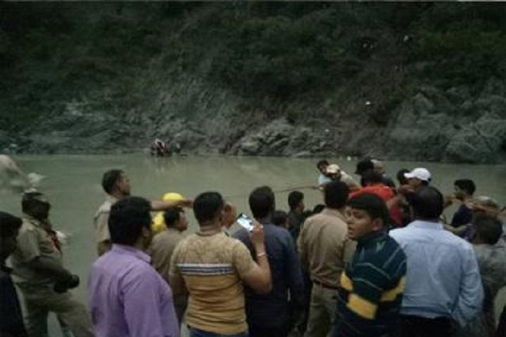 В Індії автобус зірвався вущелину зпаломниками: Понад 20 людей загинули
