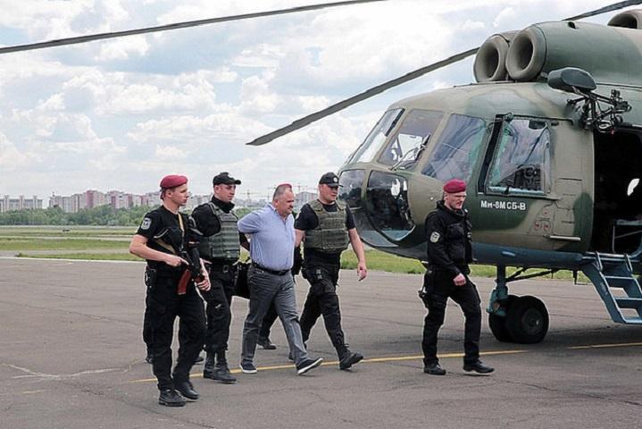 Матіос обіцяє відправити ще вертольоти за колишніми податківцями-корупціонерами