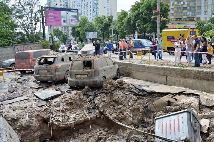 УКиєві прорвало трубу: розбиті машини і фонтан до7 поверху