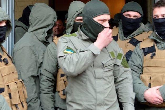 Бійці добровольчих батальйонів прорвалися вбудівлю Київради