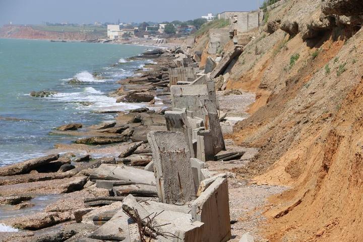 Зруйнована берегова зона у Піщаному