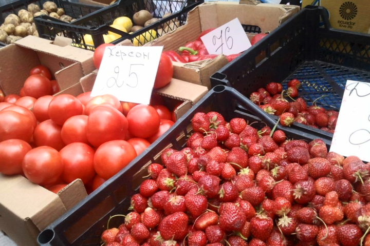 Фрукти і овочі на базарі - За місяць у Києві найбільше подорожчали фрукти і  овочі 548cf7931baf5