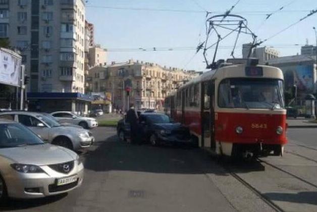 Дівчина легковиком протаранила трамвай уцентрі Києва