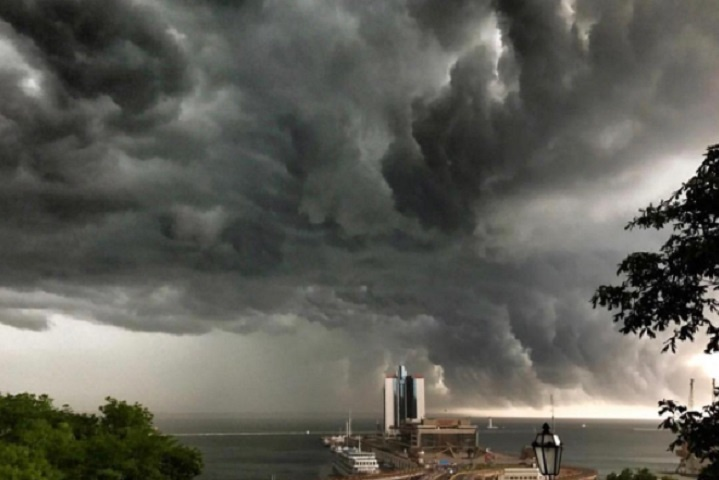 Сильний дощ з ураганним вітром вирував в Одесі