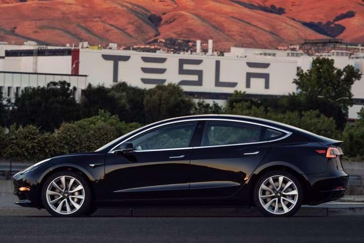 Ілон Маск поділився фото першої серійної Tesla Model 3