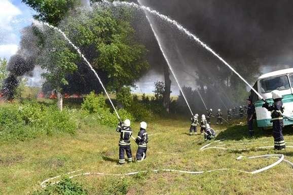 ДСНС: біля Києва сталася масштабна пожежа наскладі деревини