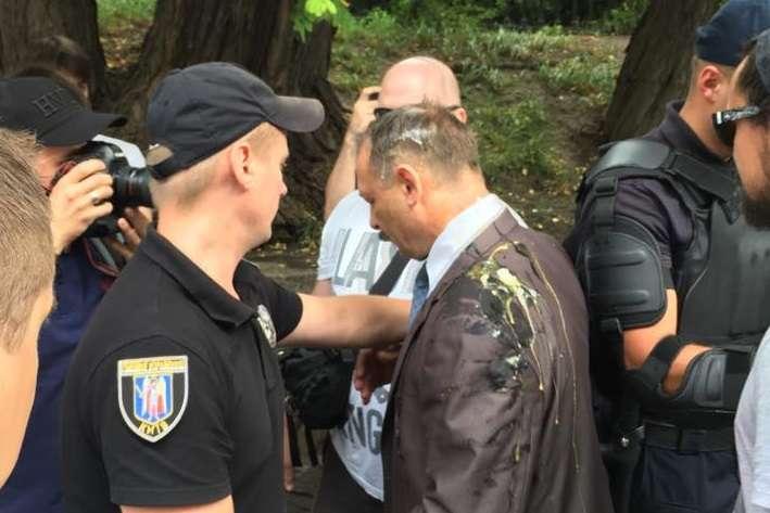Депутата Барну біля Ради побили і закидали яйцями