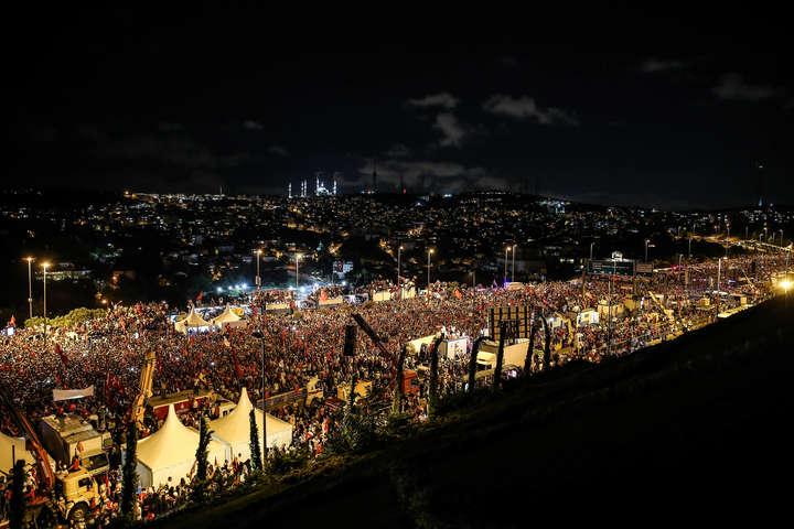 Річниця невдалого перевороту вТуреччині: навулиці вийшли тисячі людей