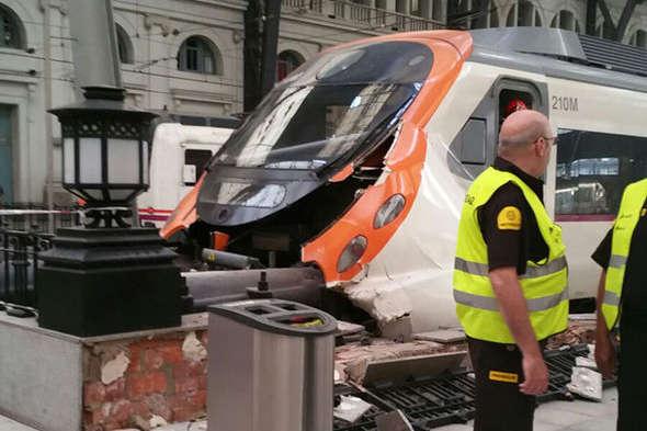 Поїзд врізався взагородження настанції вБарселоні: 48 травмованих— фото, відео
