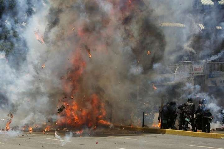Устолиці Венесуели прогримів вибух поруч зколоною поліцейських