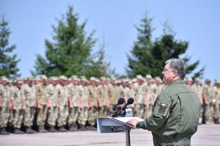 Грошове утримання військовослужбовців узоні АТО буде збільшено— Порошенко