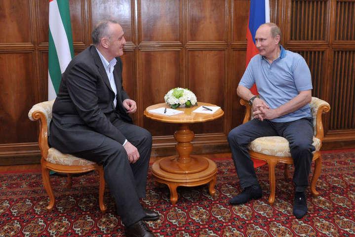 Путін пообіцяв знайти шляхи розвитку економіки невизнаної Абхазії