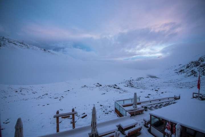 Швейцарію після спеки засипало снігом
