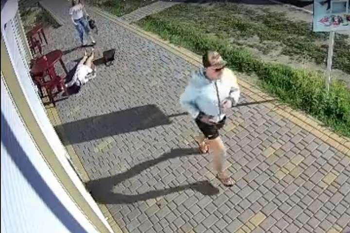 Чоловік вдарив одну з дівчат в обличчя і побіг геть