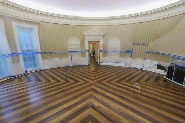 Так зараз виглядає знаменитий Овальний кабінет. Робочий стіл, зроблений в XIX столітті з дощок британського вітрильника «Резолют», з нього винесли