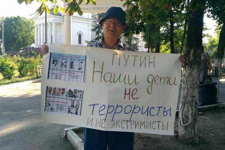 Кримські татари вийшли наодиночні пікети вокупованому Криму— на підтримку Караметова