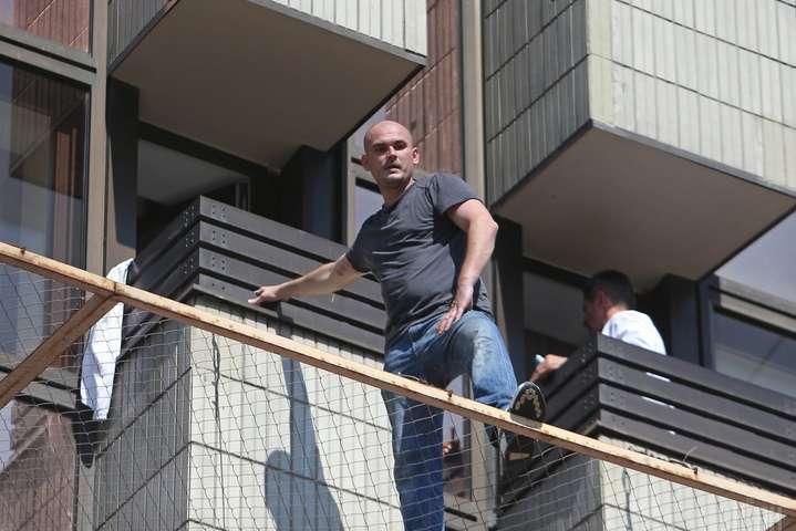 Уцентрі Києва чоловік погрожує вистрибнути з вікна готелю