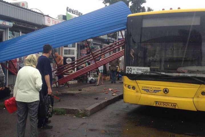 ВКиєві автобус протаранив зупинку злюдьми