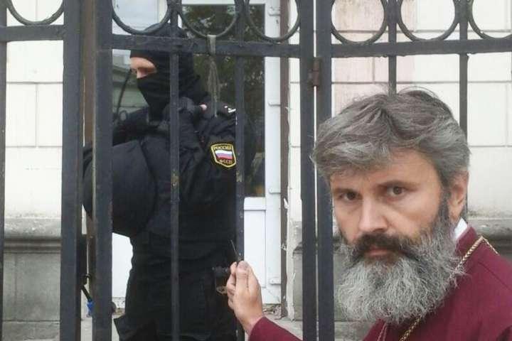 Московські окупанти в Криму поцупили з українського храму килими, ікони, хрест і посуд