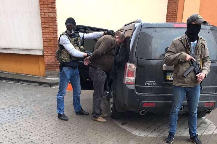 На Прикарпатті почали судити податківця-хабарника, який вимагав 200 тисяч гривень неправомірної вигоди