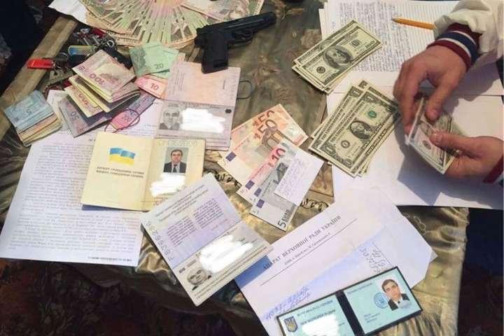 НаЗакарпатті на150 тисяч гривень хабара спіймали помічника нардепа