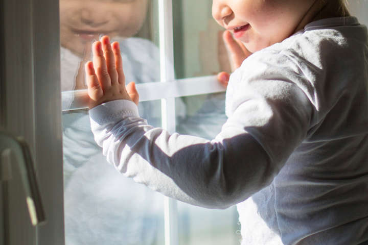 УКиєві здев'ятого поверху випав шестирічна дитина