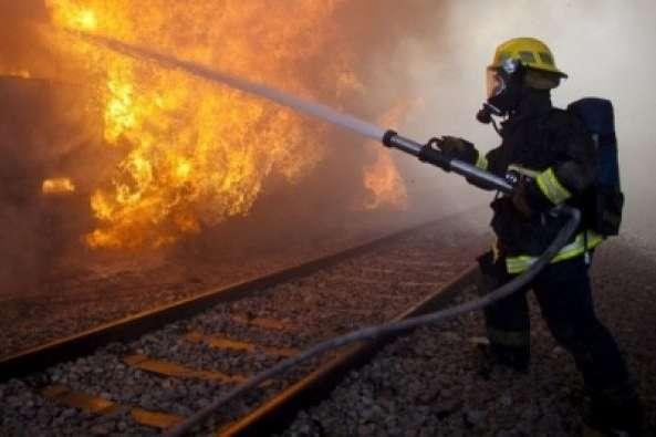 Вночі на під Києвом горів потяг: вогнем знищено локомотив