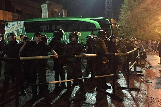 Поліція і бійці АТО: фанати зірвали матч Кубка України зфутболу