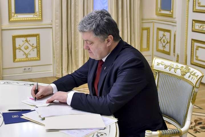 Порошенко ввів у дію рішення РНБО про реформування держави вумовахНС