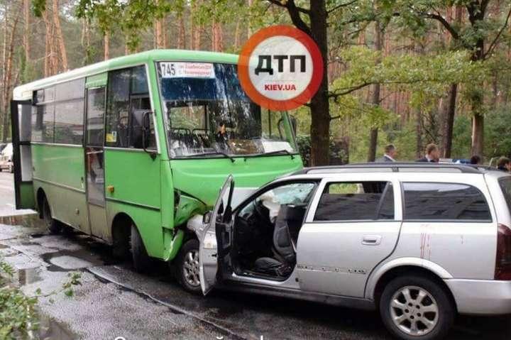 Під Києвом Opel зіткнувся змаршруткою, троє осіб загинули