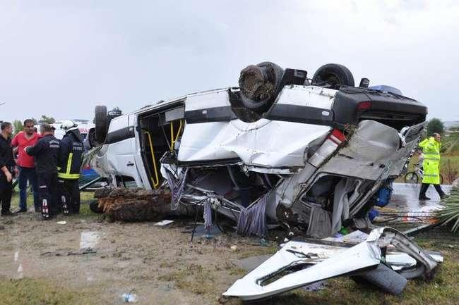 Поблизу Анталії перекинувся мікроавтобус зтуристами: 3 загиблих, 10 травмованих