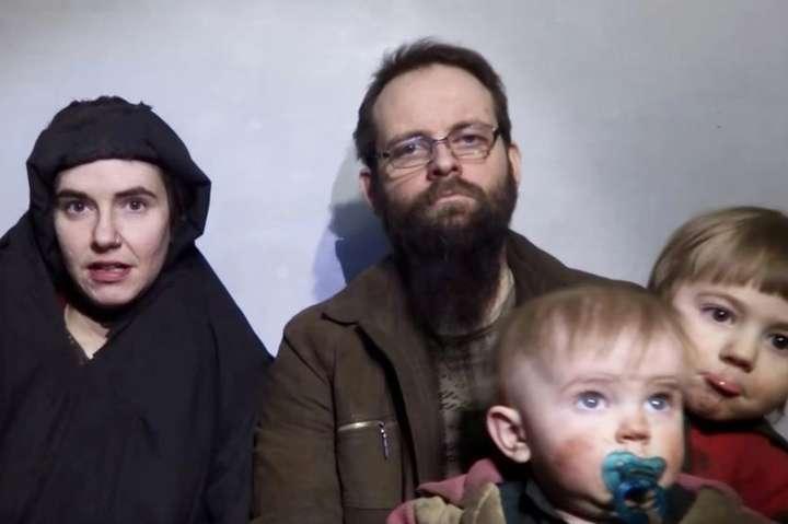 <span>Кейтлан Коулман, Джошуа Бойл і двоє їхніх синів на фото, розміщеному талібами у соцмережах в грудні 2016 року</span>